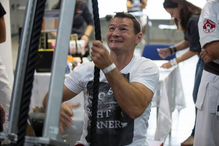 Erdei Zsolt is kipróbálta a kötélhúzó-gépet (Fotó: R-mediaLine)