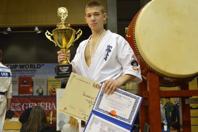 Pantelics Bence az U18-as Bajnoki kupával, és a külön díjjal a japán Taiko dob előtt