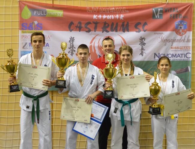 Castrum Bajnokok és edzőjük: B-J= Németh Márk, Pantelics Bence, Végerbauer Roberta, Bán Lili (hátul) Pantelics Péter edző