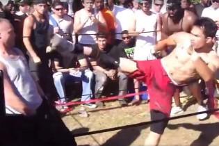 Ilyen, amikor egy muay thai-os puszta ököllel verekszik