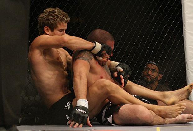 Emlékezetes diadallal mutatkozott be a tini karatebajnok az UFC-ben