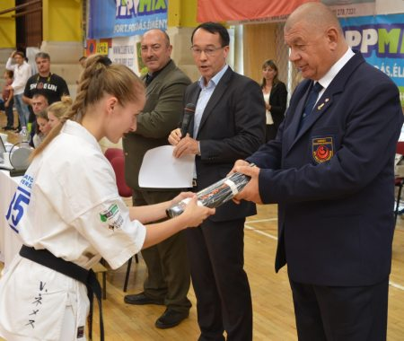 Veronika átveszi a Japánból érkezett dan diplomáját és övét Shihan Furkó Kálmántól (Fotó: infokapuvar.hu)